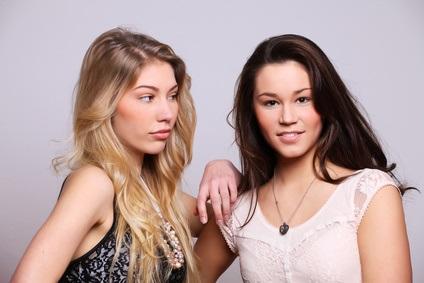 deux amies adolescentes, une brune et une blonde