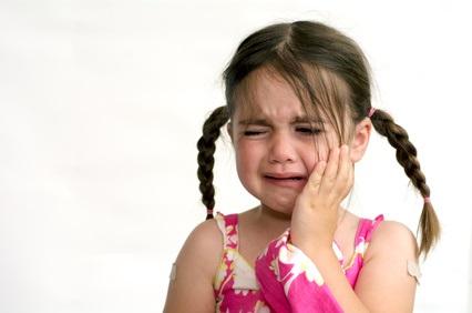 petite fille en pleurs après avoir reçu une gifle
