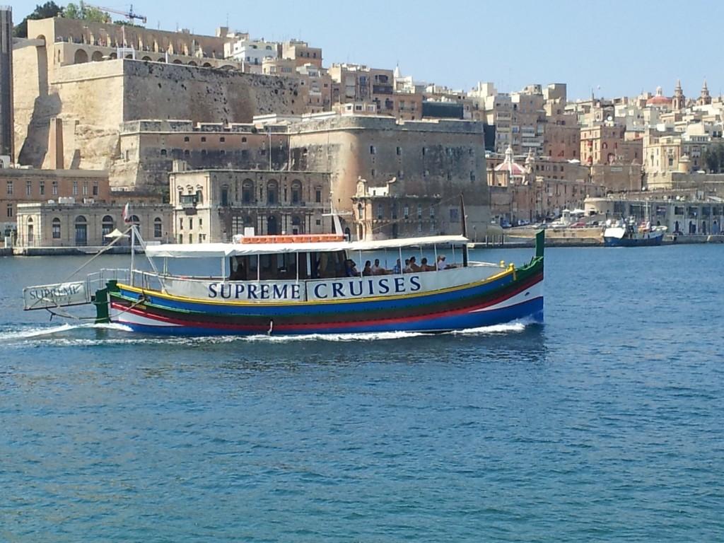 bateau croisière dans le Grand Port de La Valette à Malte