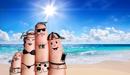 famille dessinée sur doigts en vacances fond mer - Fotolia