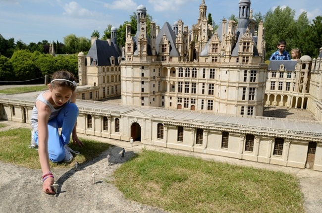 France-Miniature-fillette-a-chambord-copyright-jlbellurget