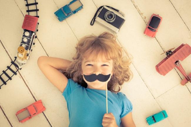 fillette à moustache au milieu de jeux de garçon. Egalité des sexes