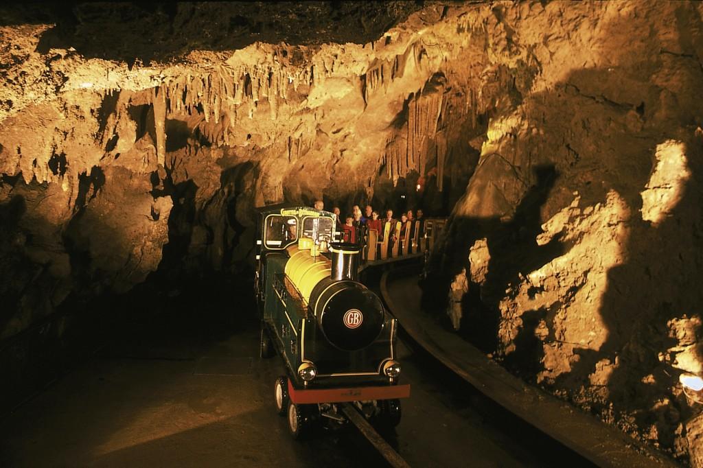 Le petit train dans la galerie souterraine des Grottes de Bétharram