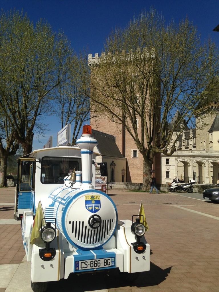 départ du petit train touristique devant château de Pau