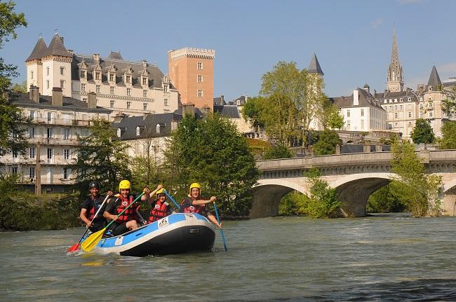 Descente du gave en rafting sur le gave au pied de la vieille ville de Pau