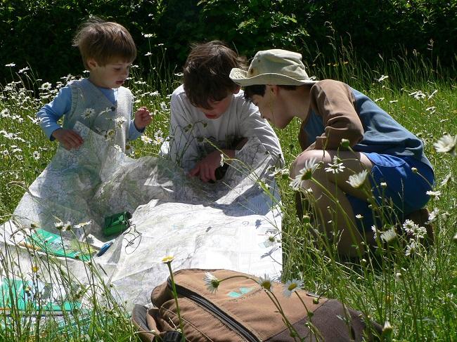Jeunes randonneurs en train d'étudier la carte des sentiers de randonnée