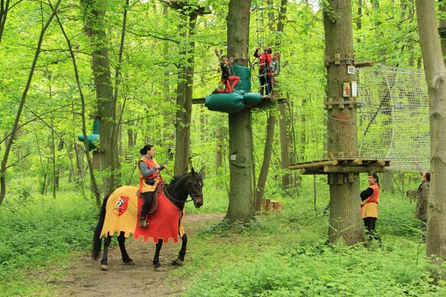 Parcours accrobranche à Sherwood Parc avec animateurs costumés thème Robin des Bois