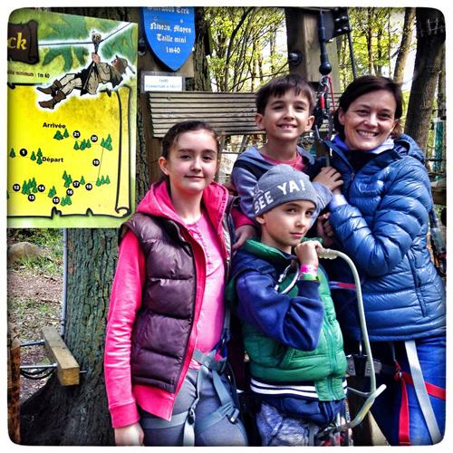 Notre famille testeuse prête pour le parcours accrobranche du Sherwood Parc