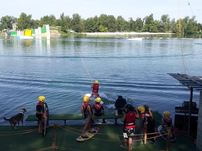 Activité téléski nautique pour les enfants sur le lac de Baudreix
