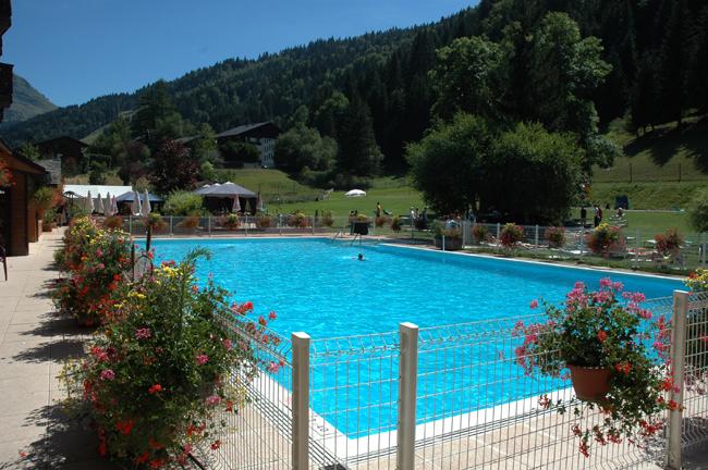 Club Lookea Morzine, vue piscine au pied des montagnes en été