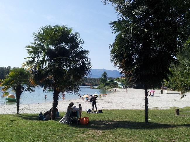 Plage de sable blanc en bord du lac de Baudreix face à la chaîne des Pyrénées