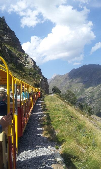 A flan de montagne avec le petit train d'Artouste