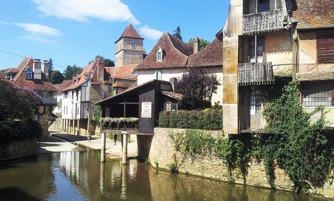 Vielles maison à balcons de bois surplombant la rivière au centre de Salies de Béarn