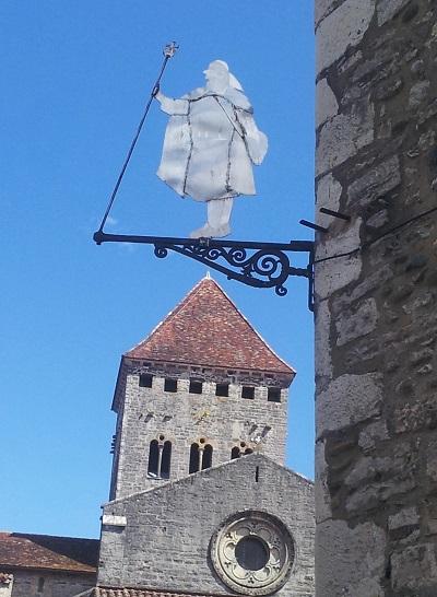 Vue église et enseigne médiévale à Sauveterre-de-Béarn