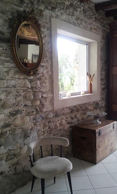 Coin salon du gite Chez Cazalet avec ouverture sur terrasse