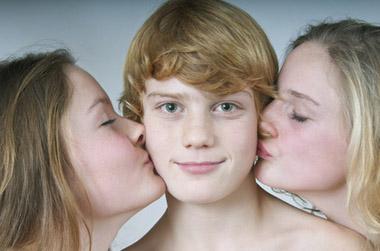Amitiés entre ados : un garçon se fait embrasser par deux filles