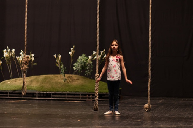 Petite fille sur une scène de théâtre