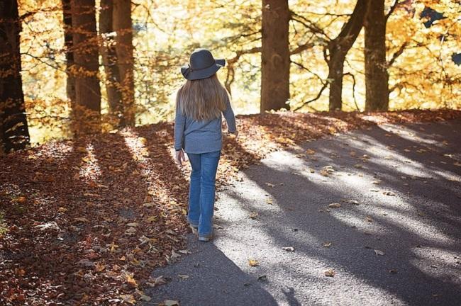 fillette-promenade-foret-automne