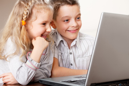 Enfants en train de jouer sur un ordinateur portable