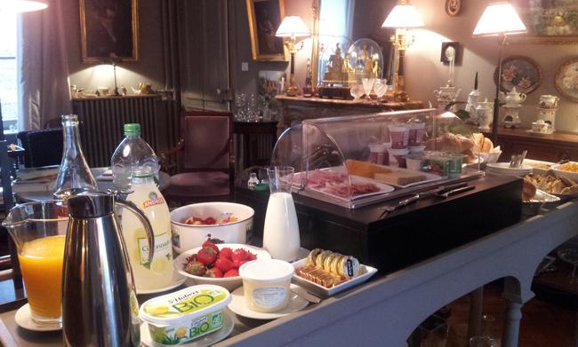 buffet-petit-dejeuner-maison-dhotes-du-parc-ronchamps