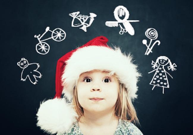 Petite fille avec un bonne de Père Noël rêve aux cadeaux qu'elle aimerait qu'il lui apporte