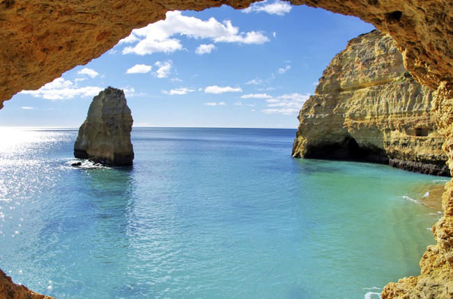 Grotte et mer turquoise sur la côte d'Algarve, au Portugal