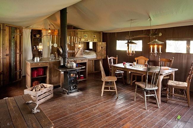 Un lit au pré, intérieur tente pour camping à la ferme en famille