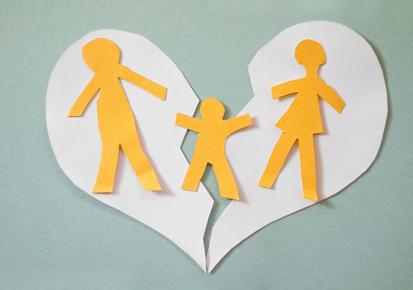 Parents séparés découpés dans coeur en papier avec enfant au milieu