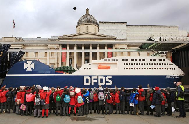 Le plus grand navire LEGO du monde à Trafalgar Square avec des enfants