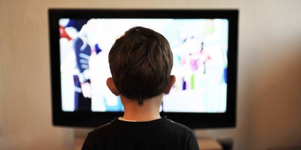 enfant-devant-une-television