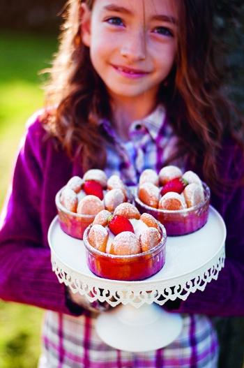 Recette de la mini charlotte aux fraises extraite de Je cuisine bio avec mes enfants aux éditions Terre Vivante