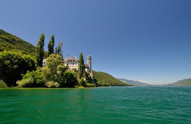 Abbaye d'Hautecombe vue depuis le lac du Bourget