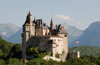 Château de Menthon-St-Bernard au dessus du lac d'Annecy