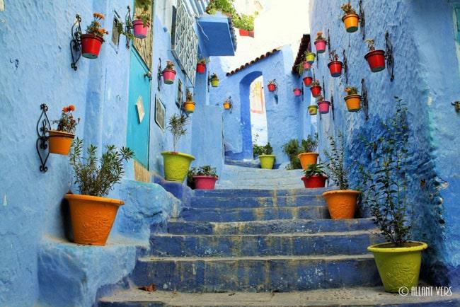 Chefchaouen, Maroc, rue bleue et fleurie