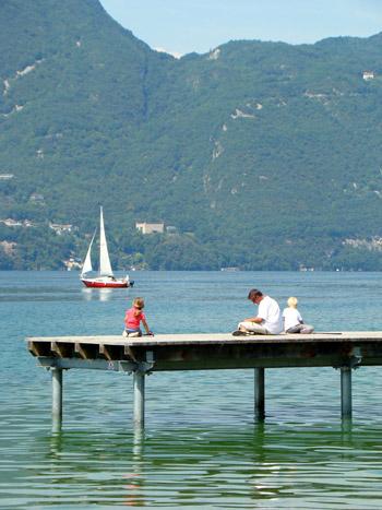 Détente en famille sur un ponton du lac du Bourget