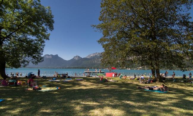 La plage Angon à Talloires, sur le lac d'Annecy