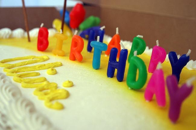Bougies Happy Birthday de couleurs sur gâteau anniversaire enfant