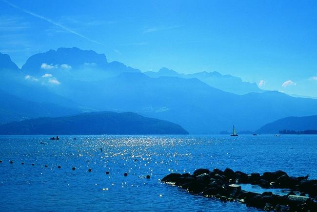 Le lac d'Annecy sous le soleil, ambiance bleu azur