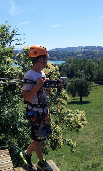 Enfant sur parcours accrobranche Acro'lac au-dessus du lac d'Aiguebelette