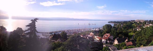 Vue panoramique sur le lac Léman depuis le belvédère de Thonon-les-Bains