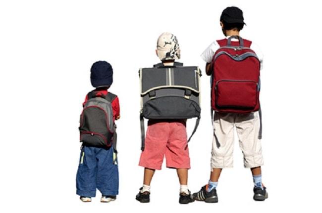 Trois écoliers avec sac à dos primaire garçon