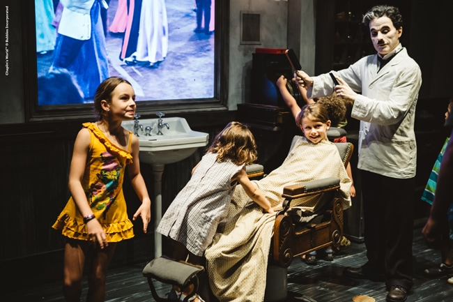 Musée Chaplin, enfants sur décor de la scène du barbier du Dictateur