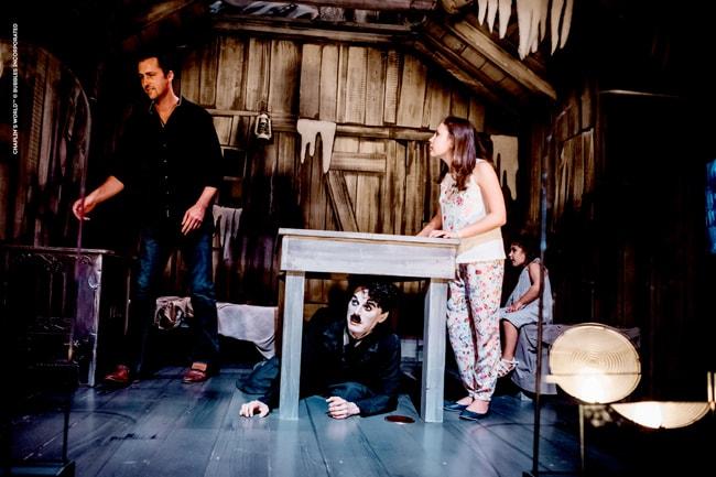 Musée Chaplin, famille dans décor de la cabane de la Ruée vers l'o'