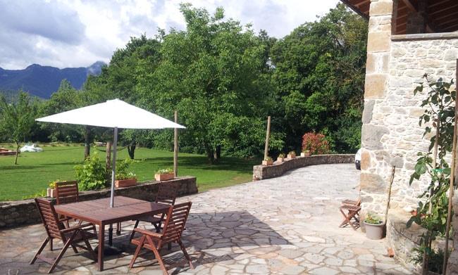 Gite à la fermeLa Xistquella, terrasse extérieure sur jardin