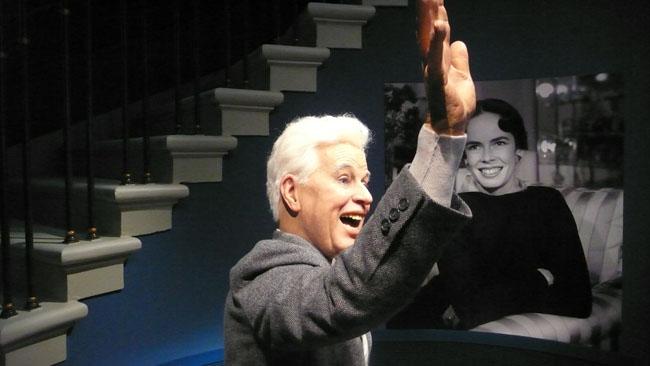 Charlie Chaplin accueille les visiteurs de son musée