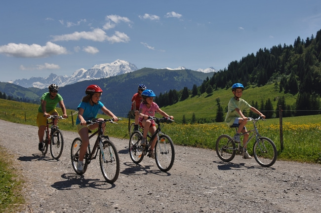 Rando VTT en famille en Val d'Arly avec Mont-Blanc en fond