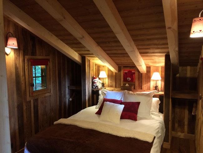 Chambre d'une cabane dans les arbres Entre terre et ciel