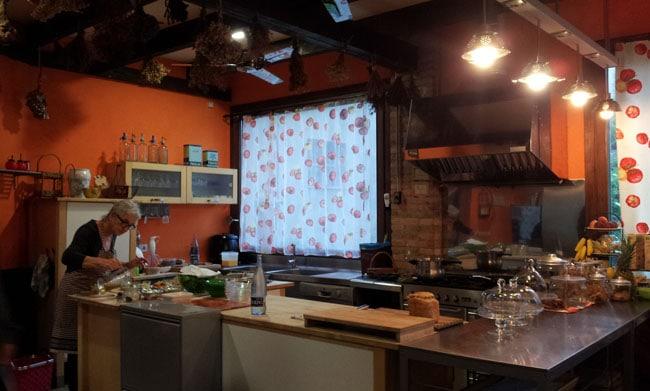 Conxita officie en cuisine, à la Casa Moli