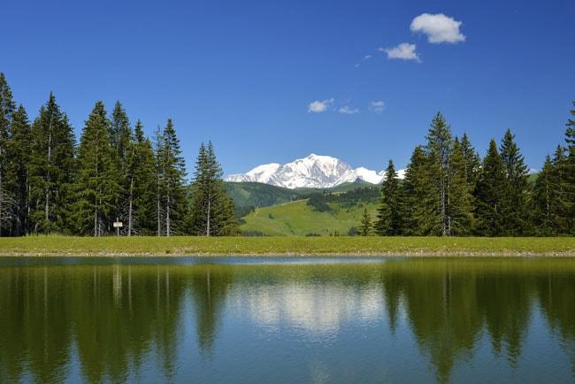 Lac du Lachat, en Val d'Arly, avec vue Mont Blanc