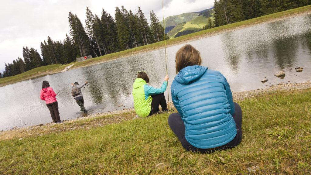 Initiation à la pêche entre filles en lac de montagne, au Val d'Arly